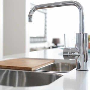 cuisine avec lavabo et robinet